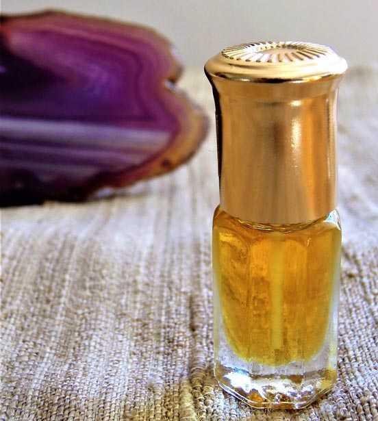 Ein Fläschchen mit einer goldgelben Flüssigkeit und goldenem Deckel